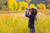 Explorer binocuar çocuk kız sarı sonbahar doğa — Stok fotoğraf