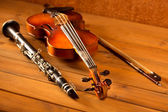 Classic music violin and clarinet in vintage wood — Stock Photo