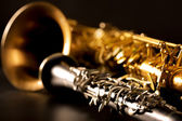 Klassisk musik sax tenorsaxofon och klarinett i svart — Stockfoto