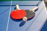 Tênis de mesa ping pong 2 raquetes e bola branca — Foto Stock