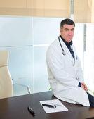人間の専門知識の肖像画カジュアル オフィスに座っている病院医師します。 — ストック写真