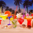 Tropical cocktails on white sand mojito on sunset palm trees - Foto Stock