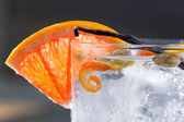 Gin tonic cocktail macro with ice grapefruit cardamom vanilla — Stock Photo