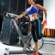 Foto Stock: Aerobics spinning monitor trainer woman stretching