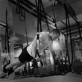 Crossfit fitness TRX push ups man workout — Foto Stock