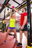 Crossfit kettlebells balanço exercício pessoal instrutor de fitness — Foto Stock