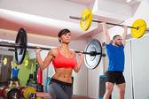 Bar-gruppe von crossfit fitness gym gewichtheben — Stockfoto
