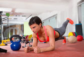 Crossfit fitnessturnen frau push pushup usv — Stockfoto