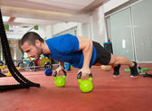Crossfit fitness man push ups Kettlebells pushup exercise — Foto Stock