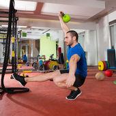 Krzyś fitness mężczyzna równowagi kettlebells z jedną nogą — Zdjęcie stockowe