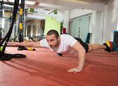 Krzyś fitness mężczyzna równowagi ropa up z jedną nogę i ramię — Zdjęcie stockowe