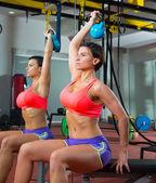 Crossfit фитнес тяжестей гиревого женщина у зеркала — Стоковое фото