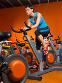 Aerobic spinning frau übung workout im fitness-studio — Stockfoto