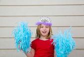 金发碧眼的孩子女孩玩得像啦啦队 pom poms 和冠 — 图库照片