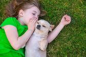 Blond gelukkig meisje met haar hondje portret van chihuahua — Stockfoto