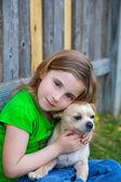 Rubia feliz con su retrato perrito chihuahua — Foto de Stock