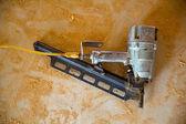Lucht nail pistool pneumatische framing spijkermaker zaagsel vloer — Stockfoto