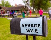 Venda de garagem em um fim de semana americano no pátio — Fotografia Stock