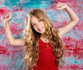 Chica rubia niños felices en brazos felices rojos arriba — Foto de Stock
