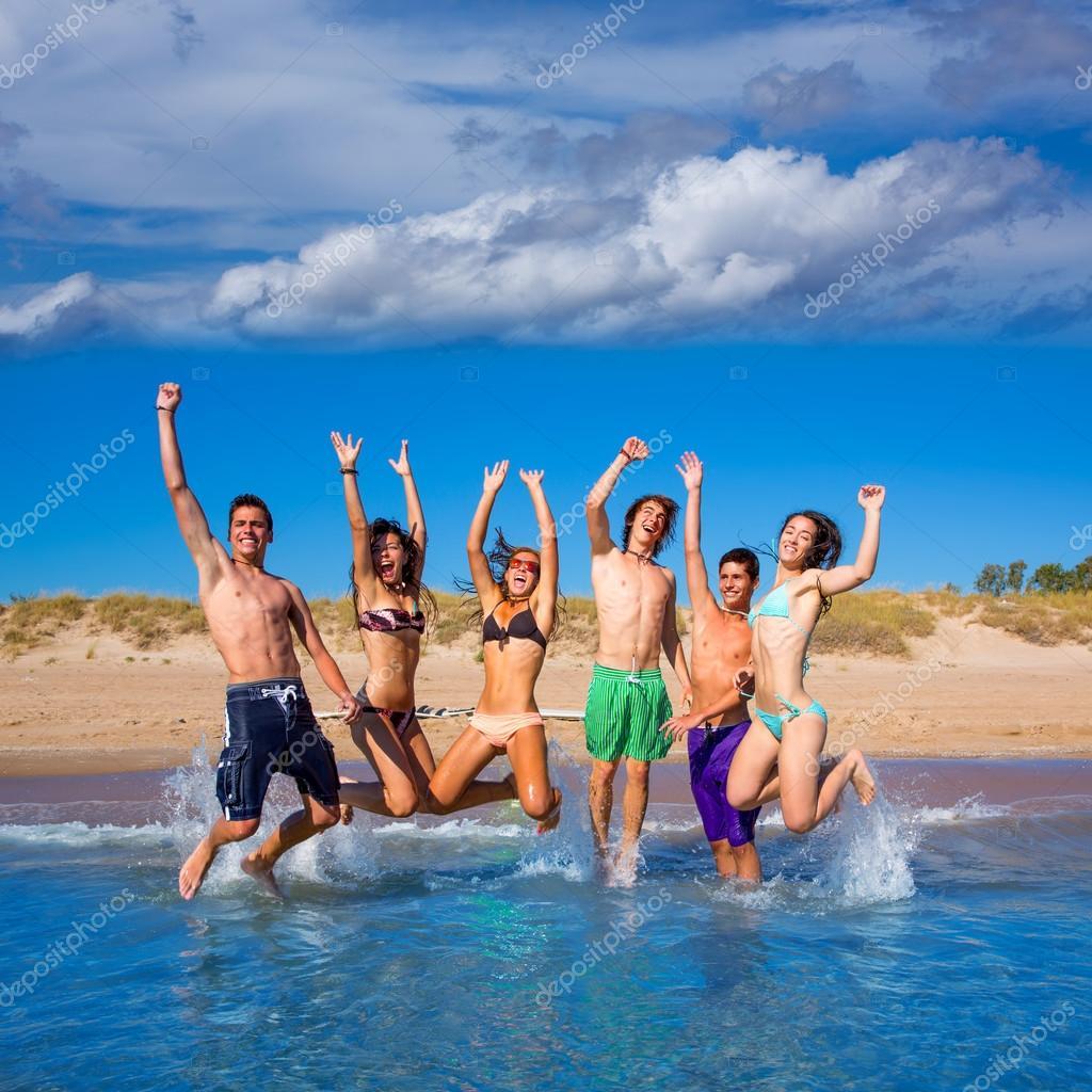 Adolescentes En La Playa Imágenes De Archivo,
