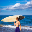 Boy teen surfer happy holing surfboard on the beach — Stockfoto