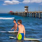Boy teen surfer holding surfboard in the beach — Stock Photo