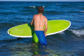 Sahilde dalgaların bekleyen çocuk sörfçü — Stok fotoğraf