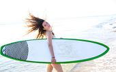 在海滩岸边的冲浪板冲浪女孩 — 图库照片