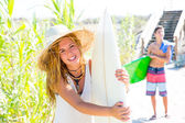 Teenager surfers waling to the beach — Stockfoto