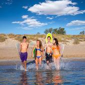 Los surfistas adolescente del grupo corriente playa salpicaduras — Foto de Stock