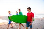 冲浪少年男孩在海滩岸边散步 — 图库照片