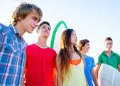 少年冲浪男孩和女孩组快乐 — 图库照片