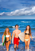 Boys and girls teen surfers coming out from the beach — Stock Photo
