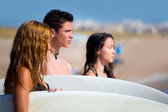 Teenager surfers group happy in beach shore — Stock Photo