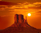 Monument Valley West Mitten at sunrise sky — Stock Photo