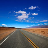 Deserted Route 190 highway in Death Valley California — Stock Photo