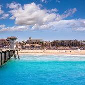 Huntington beach surf city usa pier mit rettungsschwimmer-turm — Stockfoto