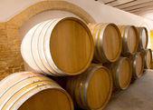 Vin trä ekfat staplade i rad på winery — Stockfoto