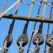 Vintage wooden boat pulley and ropes detail — Stock Photo