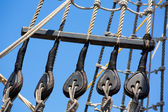 Vintage wooden boat pulley and ropes detail — Foto Stock