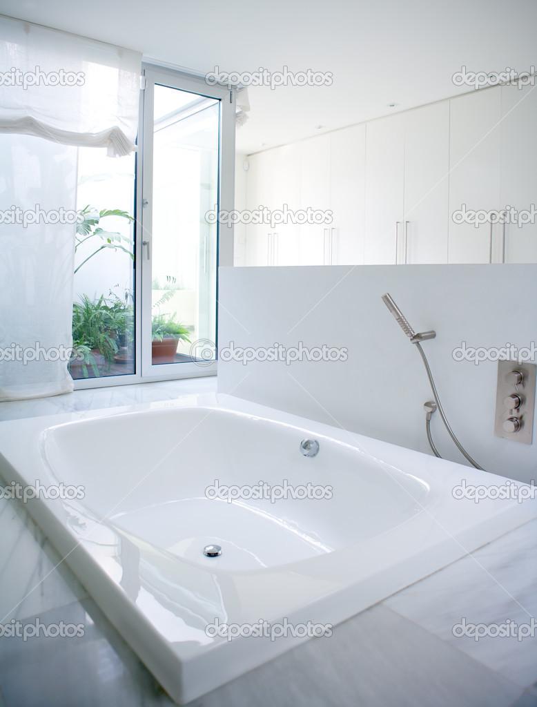 Moderna Vita huset badrum badkar med courtyard takfönster ...