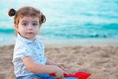 Kum beach ile oynarken blu gözleri esmer bebek kız — Stok fotoğraf