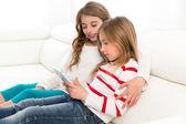 Kinder Schwester Freunde junge Mädchen spielen zusammen mit Tablet p — Stockfoto