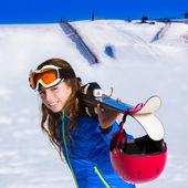 Kid flicka vinter snö med skidutrustning — Stockfoto