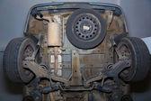 автомобиль днища задние колеса выхлопная труба и суспензий — Стоковое фото
