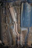 Parte inferior da carroçaria do carro tanque de combustível tubo de escape — Foto Stock