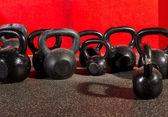 Kettlebells pesas en un gimnasio de entrenamiento — Foto de Stock