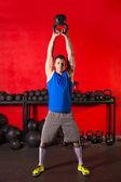 Kettlebell hombre de entrenamiento de ejercicio en el gimnasio — Foto de Stock