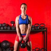 Mujer de entrenamiento kettlebell swing entrenamiento en gimnasio — Foto de Stock