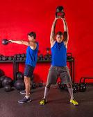 Groupe d'entraînement kettlebell swing d'entraînement au gym — Photo